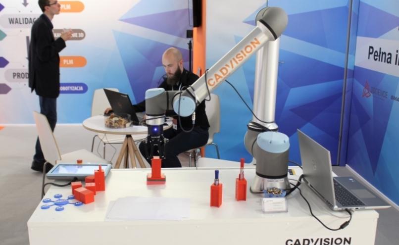 carousel-image-54-https://cms.magazynprzemyslowy.pl/media/cache/hitbox/media/galerie/targi_warsaw_industry_week2019_na_zdjeciach/img_1247.jpg