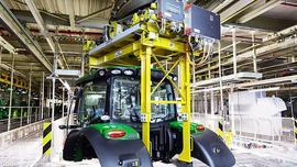 Fabryka John Deere z nową elektryczną kolejką podwieszaną do przenośnika kabin